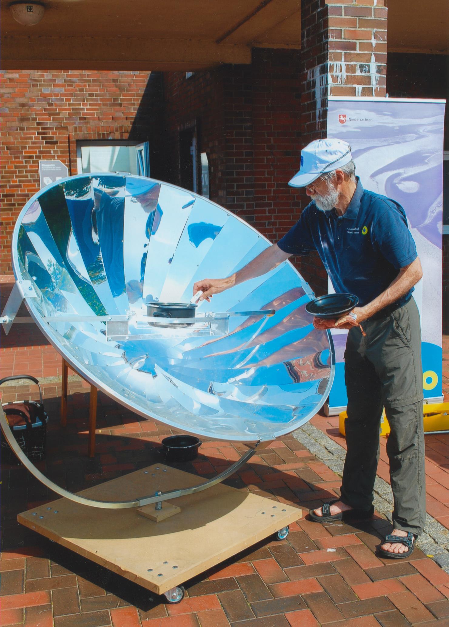 Ein Solar Cooker - benutzt beim 1. Meereswelten Wissenschaftstag in Wilhelmshaven am 24.07.2016