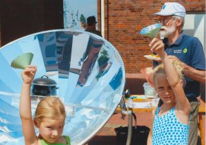 Diese Kinder spuren die Wirkung von Solarenergie direkt!